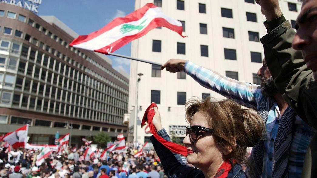معترضان به افزایش مالیات ها در لبنان به خیابان های بیروت ریختند