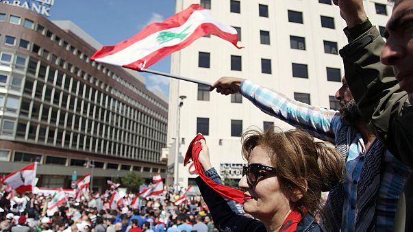مئات اللبنانيين يتظاهرون ضد زيادات ضريبية مقترحة