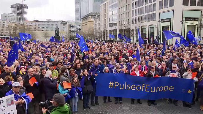 المئات ينظمون وقفة تضامنية في فرانكفورت مع الاتحاد الأوروبي