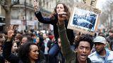Miles de parisinos protestan contra la brutalidad policial