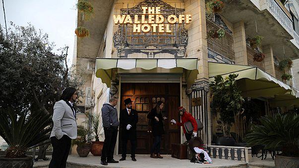 افتتاح هتلی در کرانه باختری با نقاشی های بنکسی