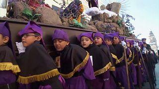 Gyerekek nagyböjti körmenete Guatemalában