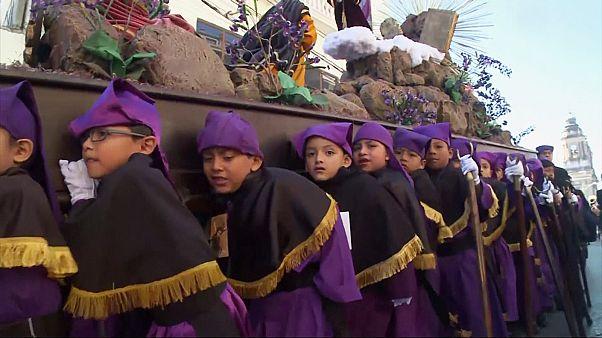 Гватемала. Детская процессия отмечает Великий пост