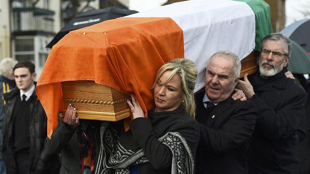 Le cercueil de Martin McGuiness ramené par ses proches à son domicile du Bogside