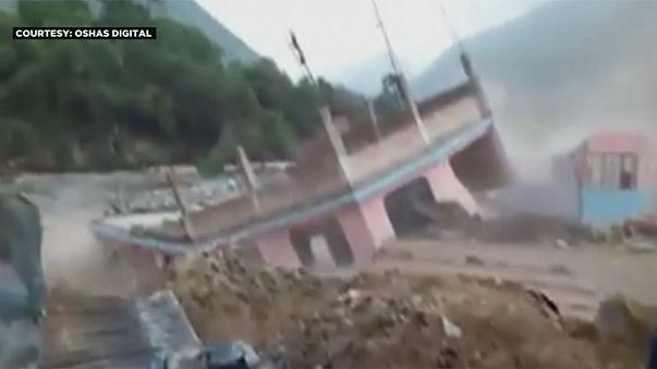 Schwere Überschwemmungen: Haus von Fluten weggespült