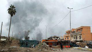 Civili in fuga dal centro di Mosul, l'esercito iracheno vicino alla moschea Al-Nur