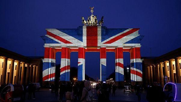 La Puerta de Brandeburgo iluminada con la bandera del Reino Unido