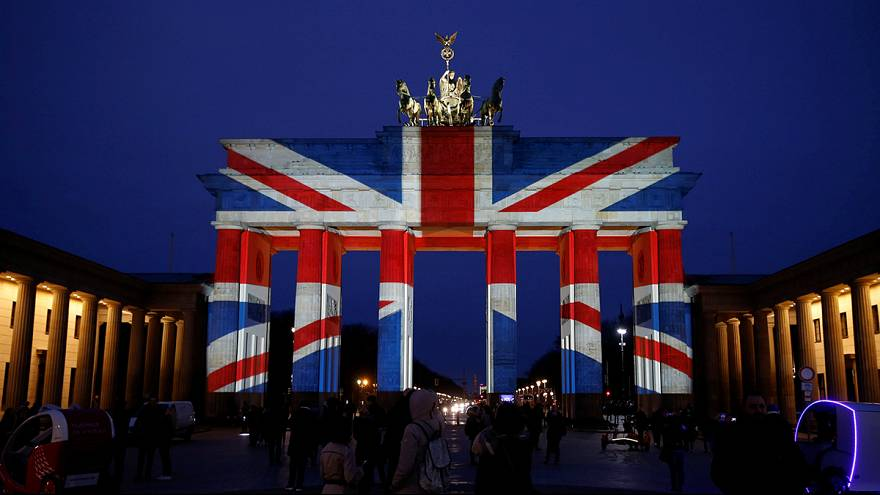 O Portão de Brandenburgo transforma-se numa gigante bandeira inglesa depois do ataque terrorista no Parlamento de Londres