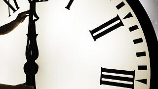 Uhr eine Stunde vor stellen