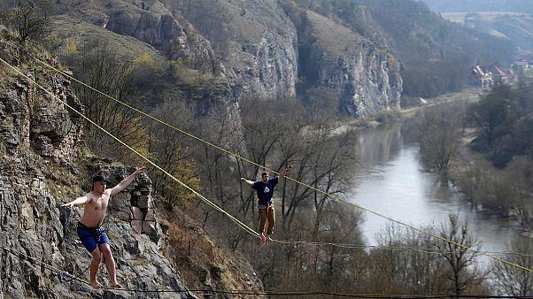 Ισορροπώντας σε τεντωμένο σχοινί σε ύψος 40 μέτρων
