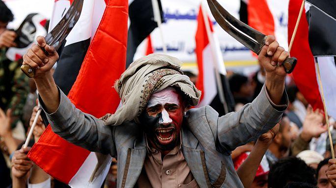 Multitudinaria manifestación en el Yemen tras dos años en guerra