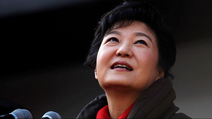 Kattanhat a bilincs a leváltott dél-koreai államfő kezén