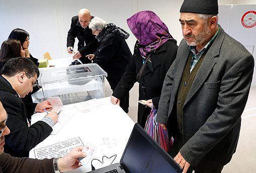 الجاليات التركية بدأت مشاركتها بالاستفتاء على تعديل دستور بلادها