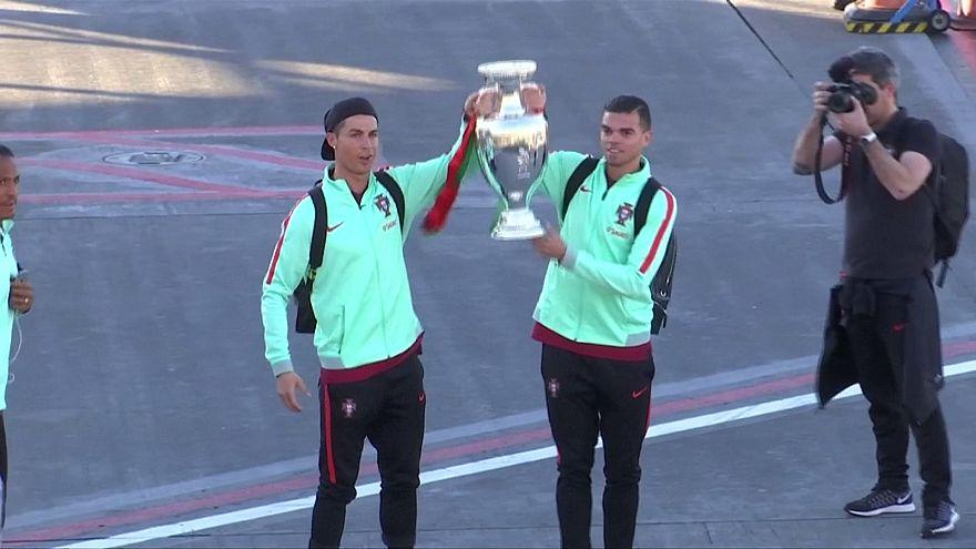 Криштиану Роналду привез показать землякам Кубок Европы