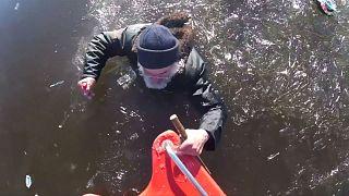 Estónia: Pescador salvo de lago gelado por equipa de socorro