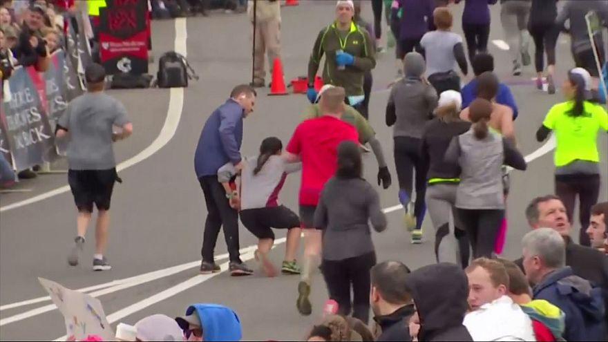Kadın koşucuya maratonda yardım eli