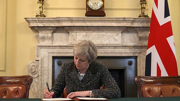 Theresa May signe la lettre qui va déclencher le Brexit, présentée à Bruxelles mercredi
