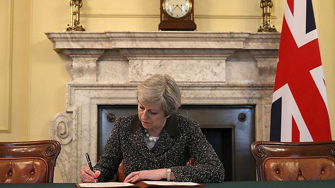 May firma la carta para activar el 'brexit'