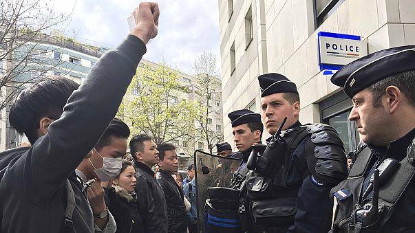 Çinli göçmenler Fransız polisini protesto etti