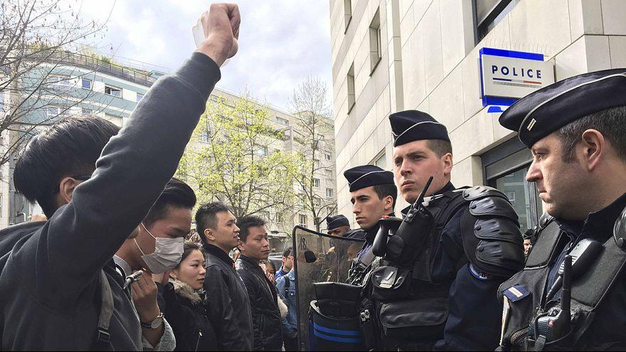 Parigi: proteste contro la polizia dopo l'uccisione di un cinese