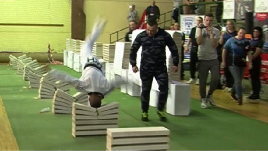 Taekwondo-Sportler zerschlägt Betonplatten mit Kopf