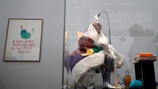 Um artista chocante que choca ovos