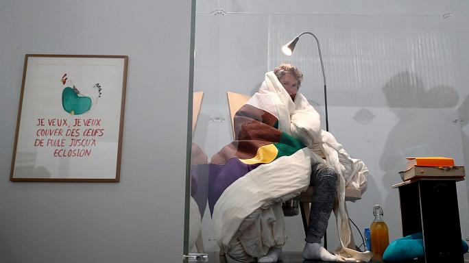 Un artiste français couve des œufs dans un musée