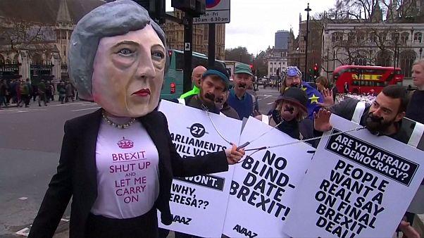 """Decenas de activistas protestan en Londres contra el """"brexit"""" con una marioneta de Theresa May"""