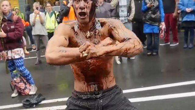 Nouvelle-Zélande : un manifestant effectue un haka avant une conférence sur le pétrole
