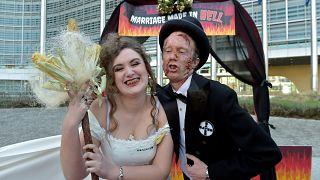 Bruxelles: proteste contro il matrimonia Bayer-Monsanto.