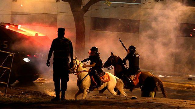 Felgyújtották a tüntetők a törvényhozás épületét Paraguayban
