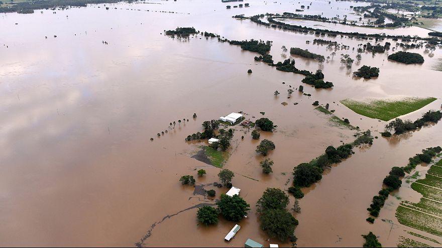 Tízezrek az árvíz fogságában Ausztráliában