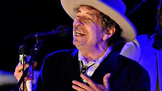 Dylan recebe finalmente em mãos o Nobel da Literatura