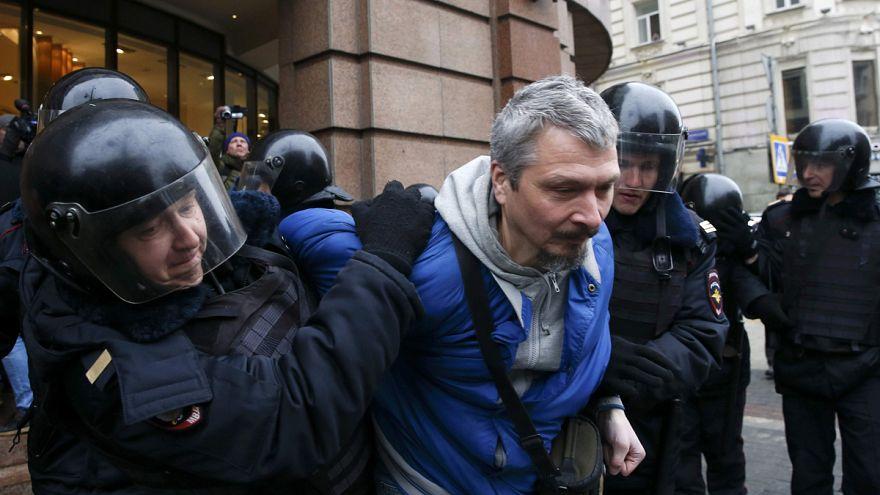 Moskova'da polisten protestocu avı