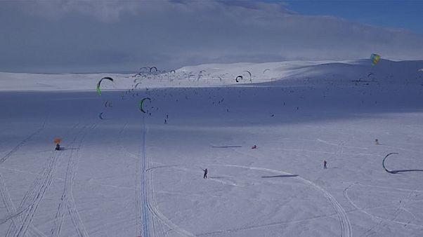 Αγώνας στο χιόνι με σκι , σνόουμπορντ και ...αλεξίπτωτα!
