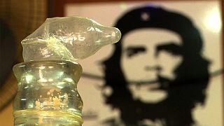 Óvszert használ borkészítéshez egy kubai férfi