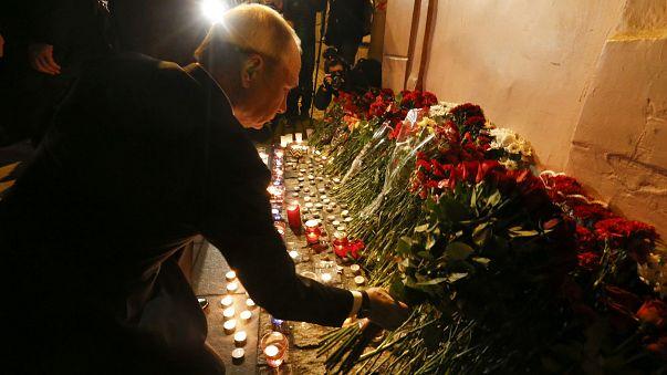 Szentpétervár: emelkedik a halottak száma - Putyin személyesen vitt virágot