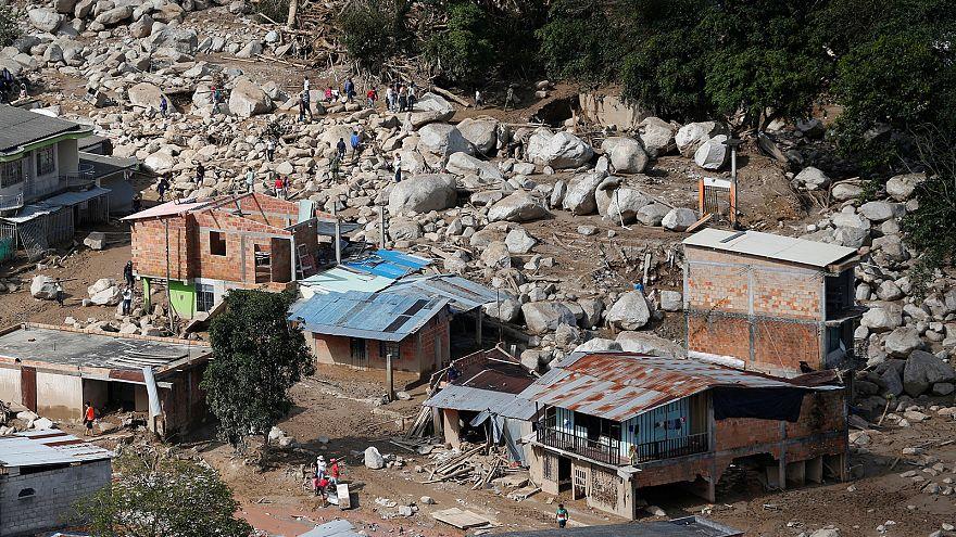 Колумбийцы хоронят жертвы оползня в Мокоа
