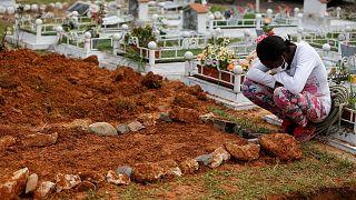 كولومبيا: الناجون من كارثة موكوا يحاولون تنظيف المدينة