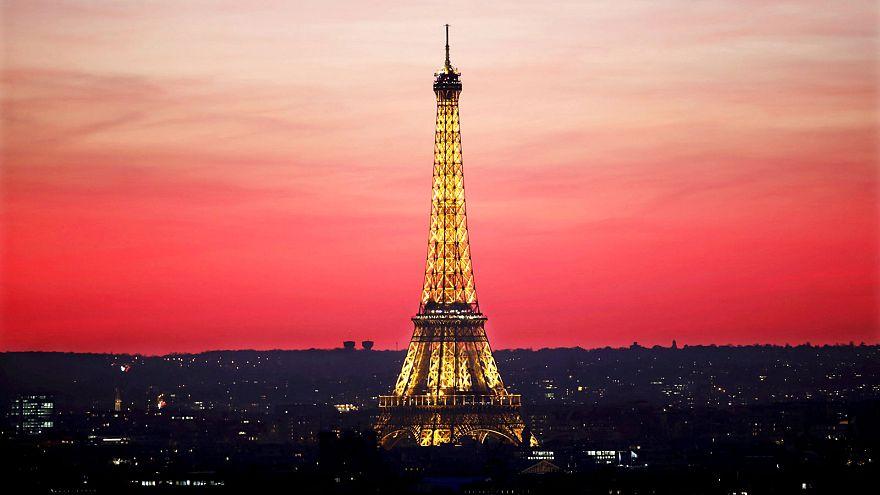 Nicht in den Farben Russlands: Licht aus am Eiffelturm