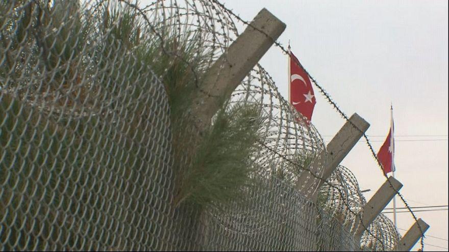 """Deniz Yücel: Alemanha denuncia detenção """"política"""" de jornalista na Turquia"""