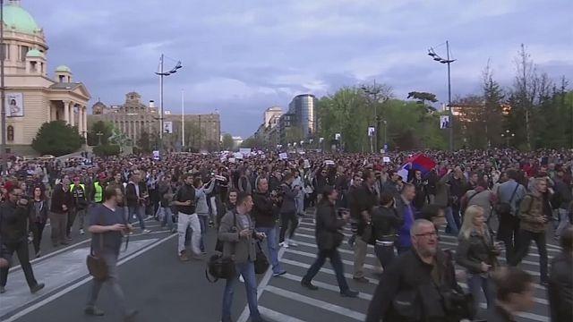 Sırplar Cumhurbaşkanı seçilen Aleksandar Vucic'i protesto etti