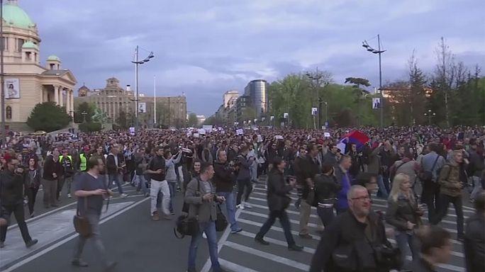 مظاهرات في صربيا ضد آلكسندر فوفيتش الفائز في انتخابات الأحد الرئاسية