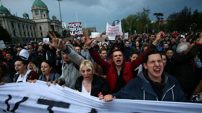"""Prosseguem os protestos contra a alegada """"ditadura"""" na Sérvia"""