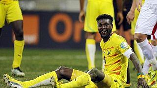Adebayor touché à un genou
