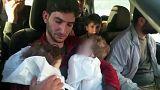 Un padre entierra a sus gemelos, víctimas del ataque en Idlib