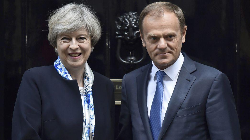 Tusk e May defendem menos tensão no diálogo sobre o Brexit