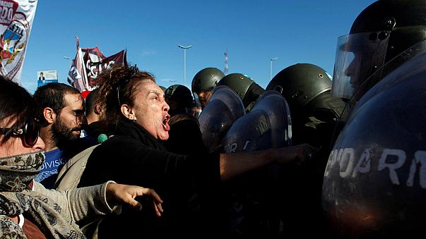 Argentina: police and protesters clash during general strike