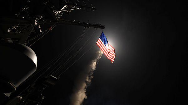 EUA lançam mísseis contra base aérea síria