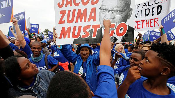 South Africa: scuffles break out at pro- and anti-Zuma rallies